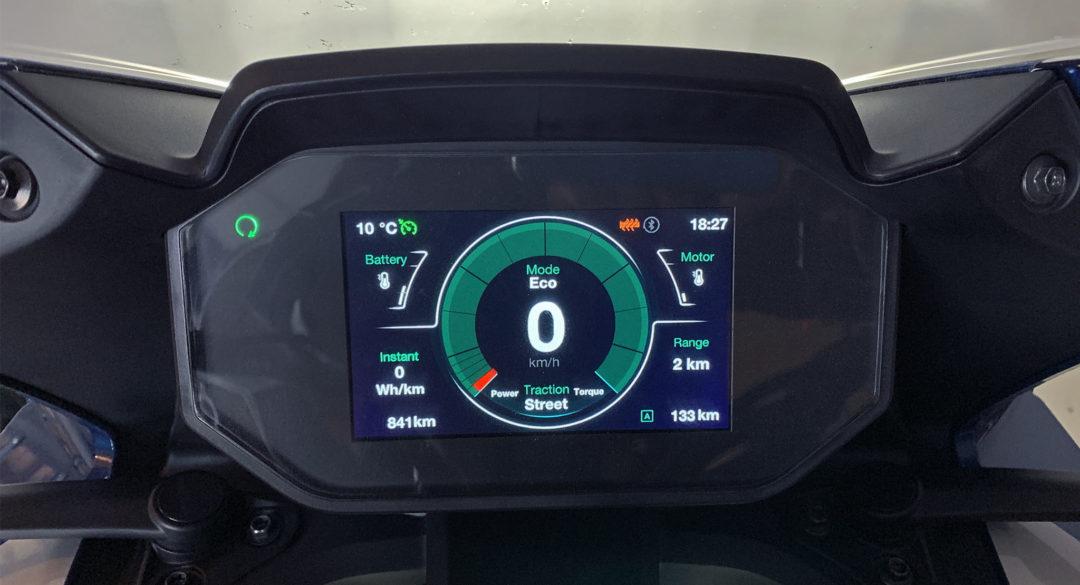 Yes! Det räckte ända hem med 2 km marginal. Men det var ändå ingen chansning eftersom man kan påverka en elmotorcykels återstående räckvidd rejält genom att anpassa farten.