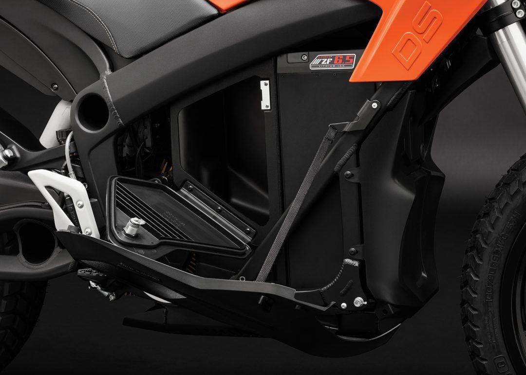 Extra, låsbart förvaringsfack på Zero DS med 6,5 kWh-batteri. Foto: Zero Motorcycles