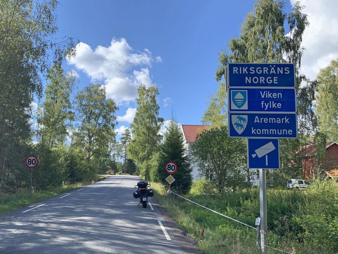 3 km efter Nössemark ligger norska gränsen som visar sig vara obevakad. Första delmålet uppnått – köra till Norge på en dag vilket innebär minst 40 mil bort från mina hemtrakter, i praktiken 426 km på 9 timmar.