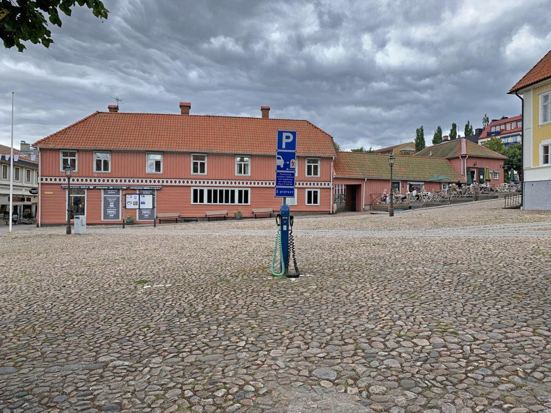 Ulricehamn har flera delade laddstolpar på olika ställen i centrum med kablage - en typ 1 och en typ 2.