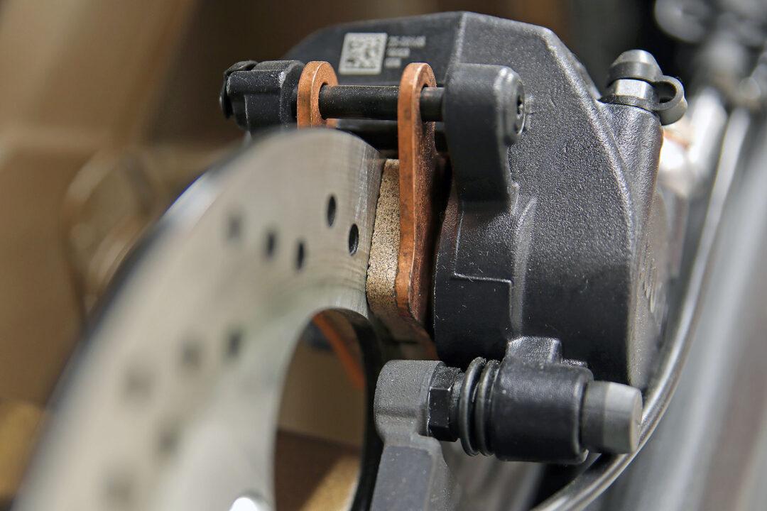 Kontrollera och byt bromsbelägg i tid så att bromsskivorna slipper nötas metall mot metall.