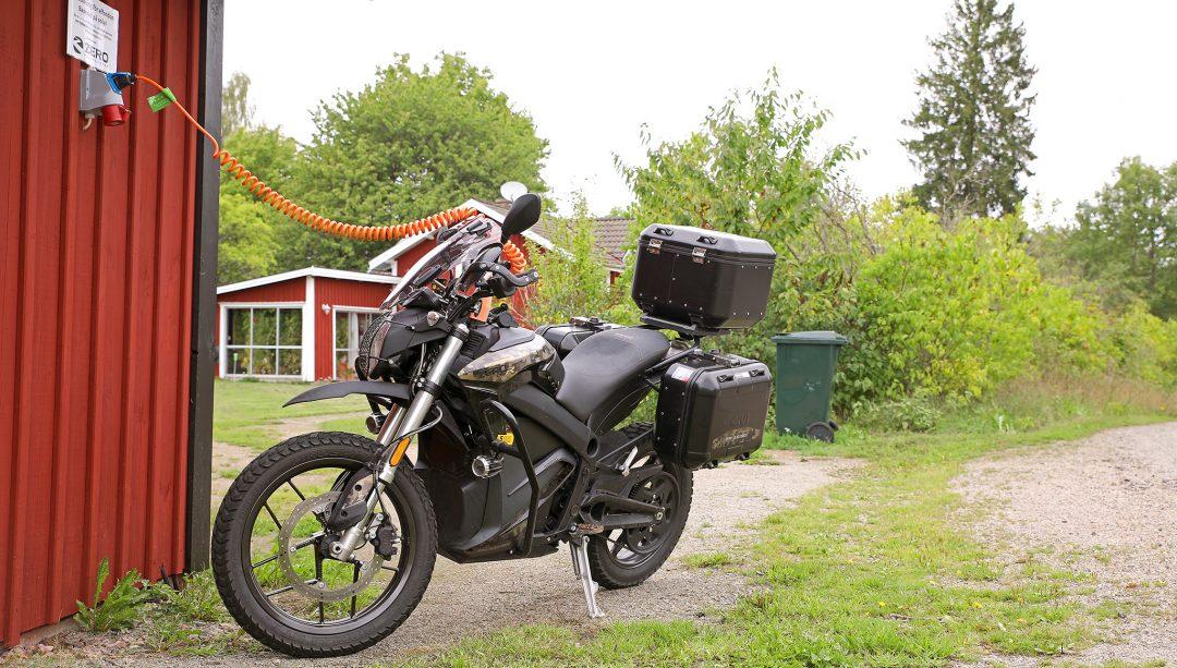 Snabbladdning hemma via vanligt eluttag med laddarens effekt anpassar sig efter aktuella säkringar. Foto: Petter Hammarbäck