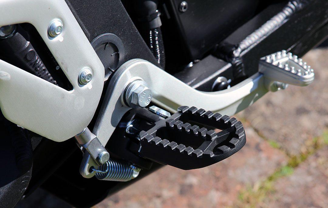 Fotpinnen på Zero DSR är av det kraftigare slaget för att underlätta stående körning. Foto: Petter Hammarbäck