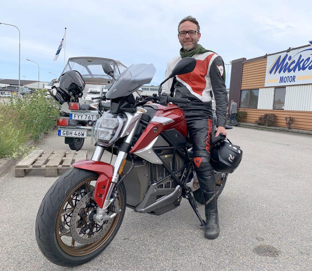 David Fuchs kör Ducati 916 Biposto till vardags och var mäkta imponerad över Zeros elmotorcyklar i allmänhet och SR/F i synnerhet.