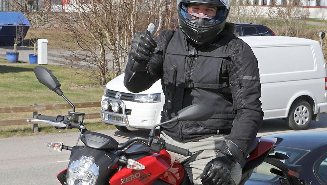 Ekrem Begovic, hojentusiast och körlärare för MC på Davidsons Trafikskola i Växjö, testkör Zero SR den 10 april 2017 på Mickes Motor.