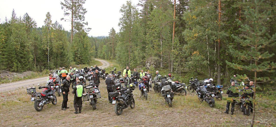 Båda grupperna samlade på fikarast. Foto: Petter Hammarbäck