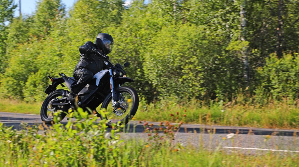 Zero FX gör sig riktigt bra som pendlarhoj och nöjesmaskin på kurviga vägar. Foto: Tor Hammarbäck