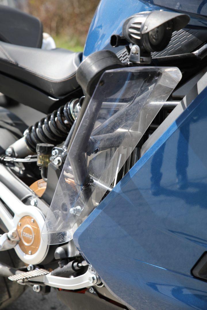 Notera att plexiskivan inte bara skurits till utan även bockats för att hålla formen och styra bort vinden på rätt håll.