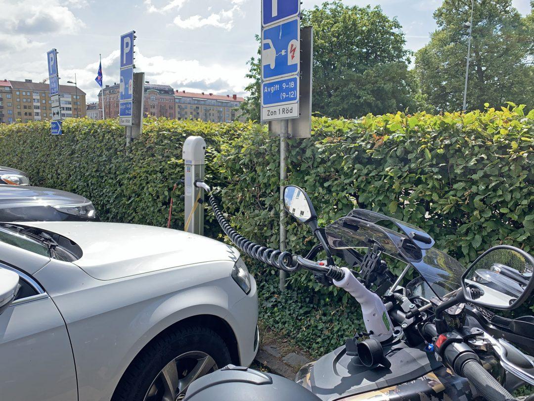 Gratis laddning i Halmstad, men med icke laddande bilar parkerade på laddplatsen.