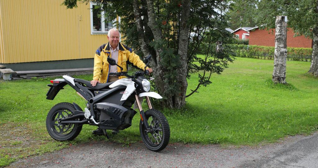 John Erik Näslund i Hammerdal lämnar över sin Zero DS 2012. Foto: Petter Hammarbäck.