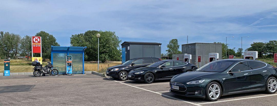 Laddningen går igång direkt och effekten är högsta möjliga för mig – 6 kW, så efter en knapp timmes lunch ska jag ha fått tillräckligt för att klara resten av resan hem. Passar även på att prata med föraren i en sprillans ny Tesla Model 3 som snabbladdar för första gången. Vi tittar båda storögt på displayen som visar dess laddeffekt – 108 kW.
