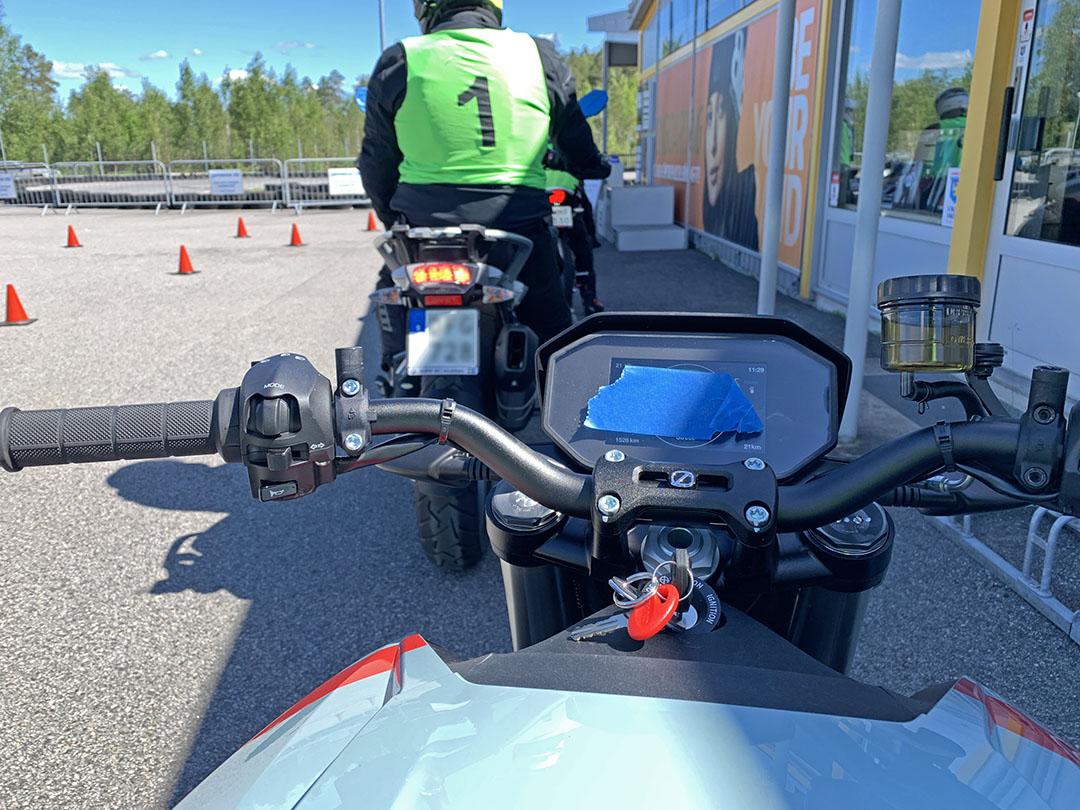 Startklar Zero SR/F med förtejpad hastighetsmätare och bortskruvade backspeglar.