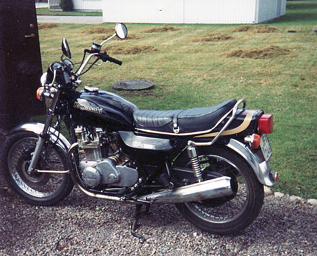 Kawasaki KZ750 1976 i min ägo mellan 1986-1990. Tack vare en vridstark parallelltwin minns jag denna som en förvånansvärt kul hoj att köra, men som fick tjuvstopp och var svår att starta. Elstarten funkade aldrig och att kicka igång en 750 med hög kompression var väl inte riktigt min grej. Blev ofta stående och fick invänta att motorn skulle svalna innan jag kunde kicka igång den igen.