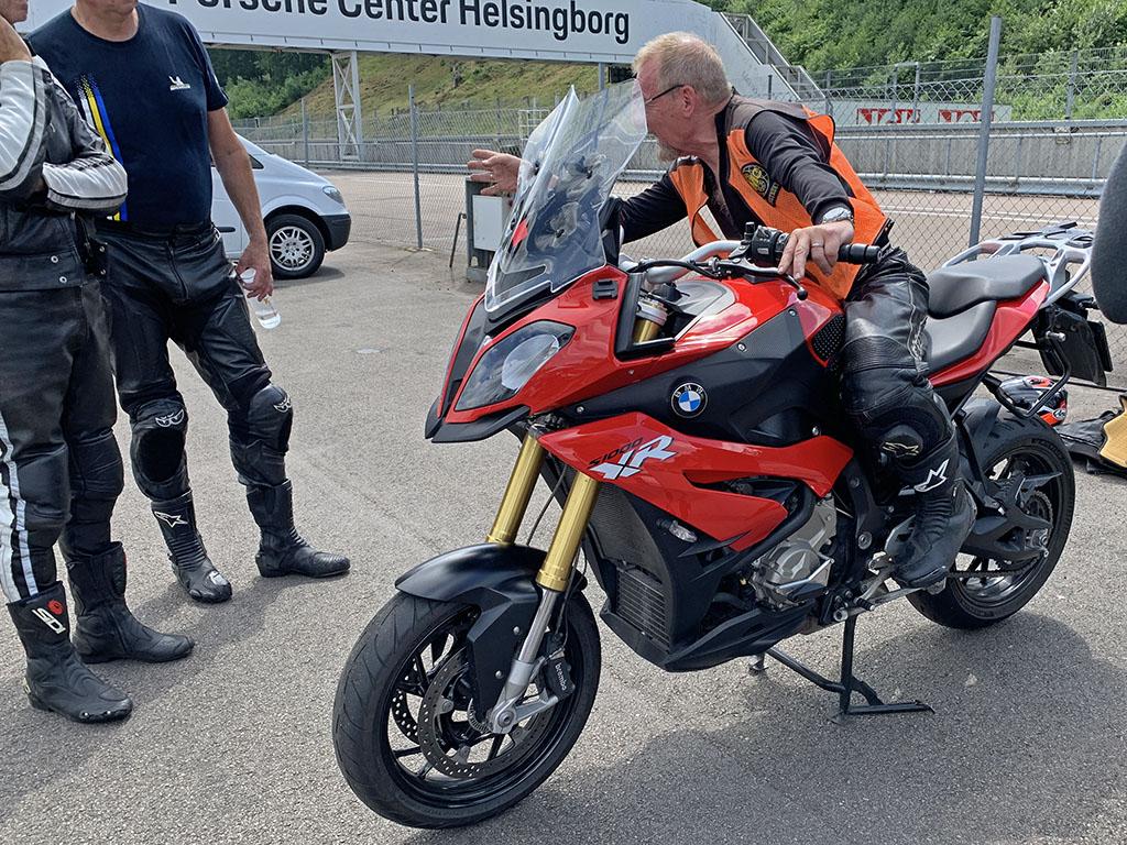 Vår instruktör Rolf Malmberg visar och förklarar hur man kan förflytta kroppsvikten med maximal kontroll över fordonet.