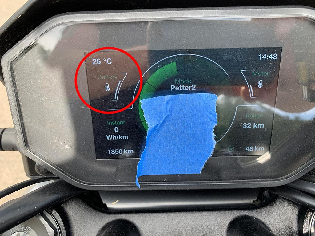 Att varva bankörningspass och laddning gör att batteritempen stiger. Inringat är utetemperaturen på 26 grader och batteritempmätaren.