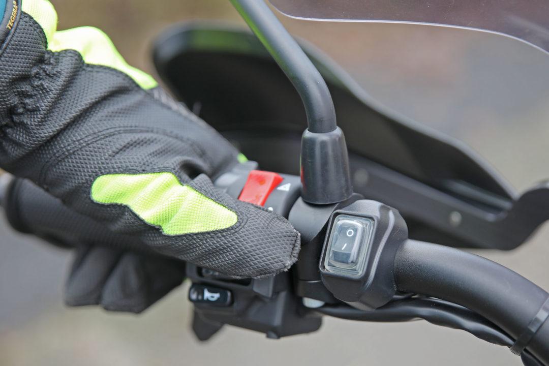 Extraljusen kan sättas på och stängas av manuellt med en lyseknapp på styret.