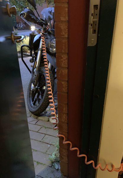 Eluttagens beskaffenhet gjorde dock att människan fick sova med öppen ytterdörr så att även maskinen skulle få sin återhämtning via kabel från insidan. Och nej, ingen brydde sig om vare sig snarkningar eller medhavd packning trots öppen ytterdörr.