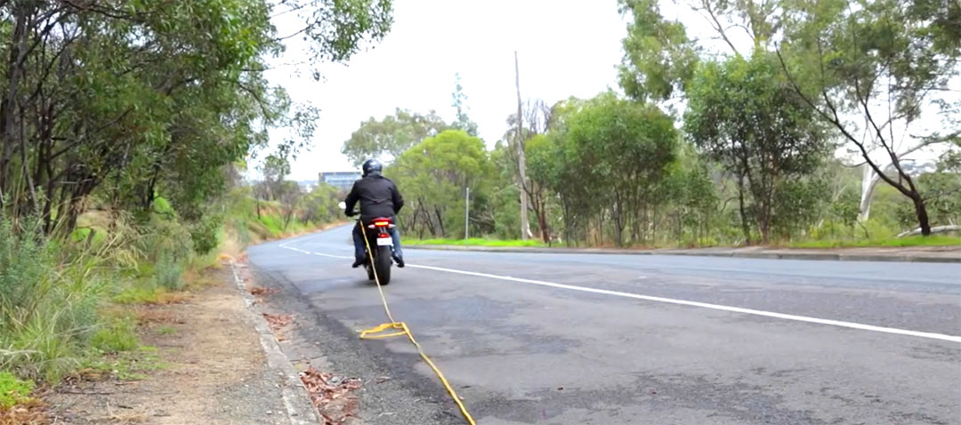 Räckviddsångest lindrad med förlängningskabel. Bild ur Gizmags filmade road test review av Zero SR.