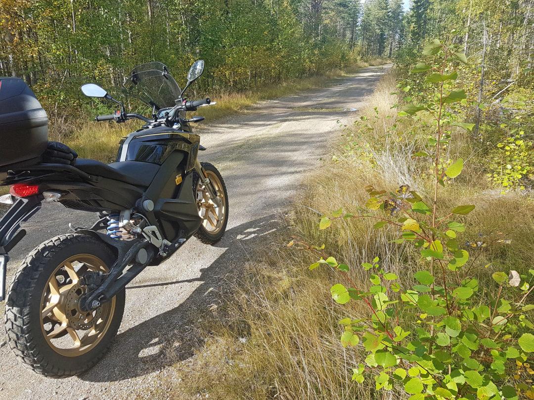 Resan till Luleå gick delvis efter den gamla kustlandsvägen, med anor från 1800-talet. Grusvägen är bitvis ojämn och dåligt underhållen, men också mycket trevlig. En märklig känsla att köra motorcykel och ändå höra fåglarna sjunga! De lägre farterna gör att räckvidden ökar mycket.