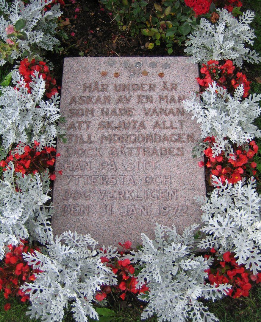 """Gravstenen på Ravlunda kyrkogård med texten: """"Här under är askan av en man som hade vanan att skjuta allt till morgondagen. Dock bättrades han på sitt yttersta och dog verkligen den 31 jan. 1972."""""""