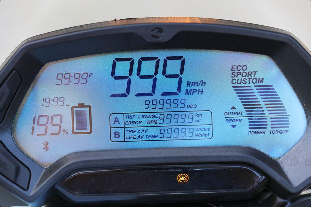 Graden av återladdning visas även i instrumentpanelens staplar för Power och Torque som pekar uppåt vid acceleration och neråt vid återladdning. Foto: Petter Hammarbäck