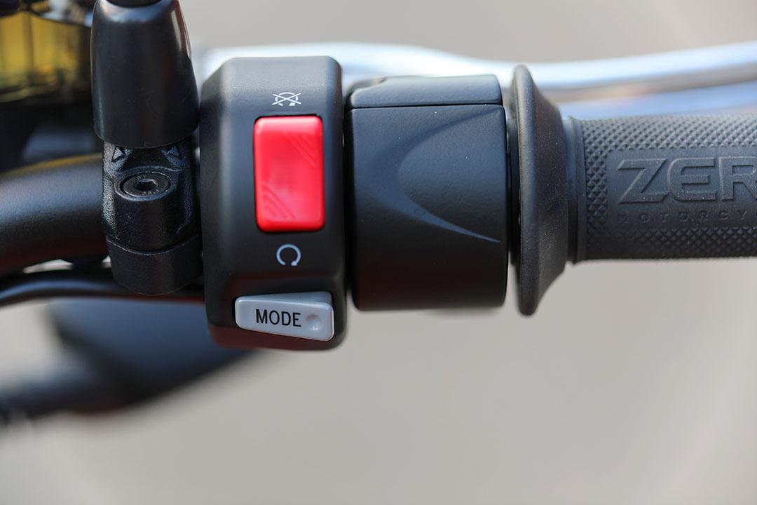 Du väljer enkelt körläge med Mode-knappen. Du kan byta körläge medan du kör, bara du släpper gasen. Foto: Petter Hammarbäck