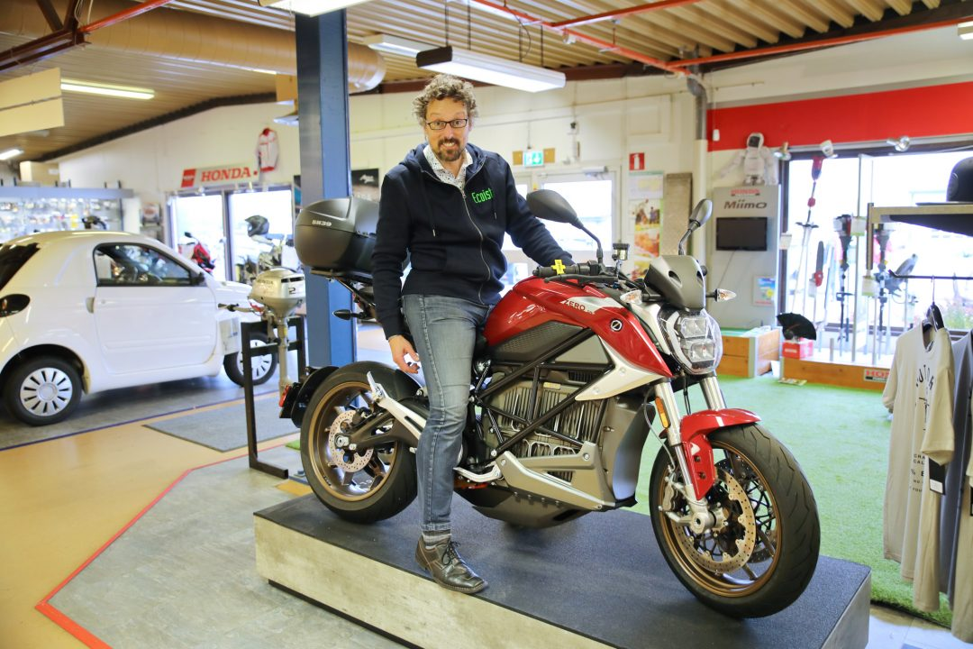 Thomas Koch spanar in Zero SR/F på Mickes Motor i Växjö.