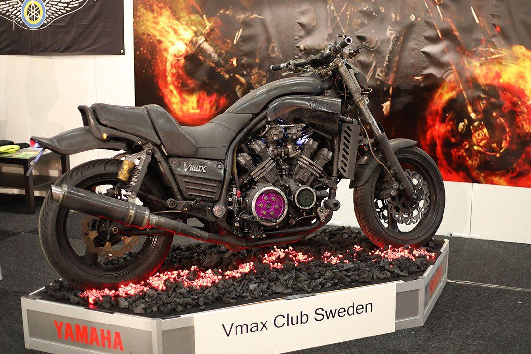 Yamahas Vmax är en av de hojar som inte längre får säljas eftersom den inte klarar Euro 4-kraven. Här en Vmax av första generationen med en V4-motor på 1200 cc och 145 hästar/160 Nm. Det speciella med denna urstarka hoj är att den både är vridstark och snabb tack vare V-Boost som är ett speciellt spjäll som öppnar vid 6 000 varv och ger den råstarka streethojen sporthojsegenskaper på höga varv. Vmax har sett likadan ut från lanseringen 1985 till 2003 då den sista i modellserien tillverkades och det dröjde ända till 2008 innan generation två lanserades med en 1700 cc V4 på 200 hästar och ett vrid på 166,8 Nm. Foto Petter Hammarbäck