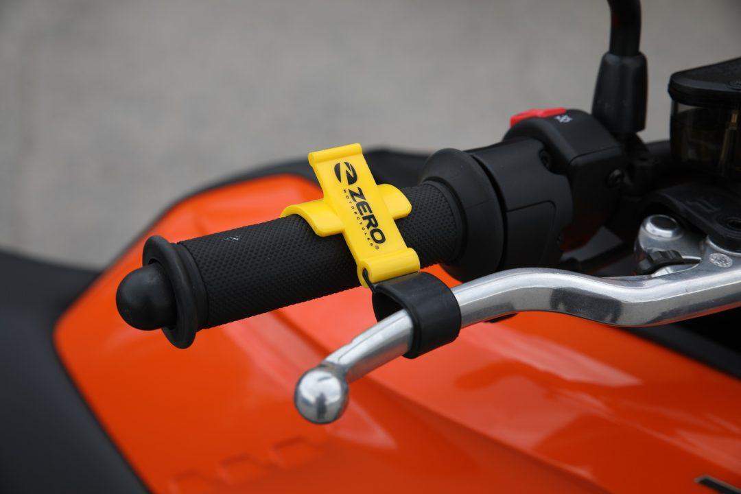 Smart parkeringsbroms – 125 kr. Eftersom Zero saknar växellåda kan du inte parkera i backe med växel i som förhindrar rullning. Här är en smart lösning som använder handbromsen som parkeringsbroms.