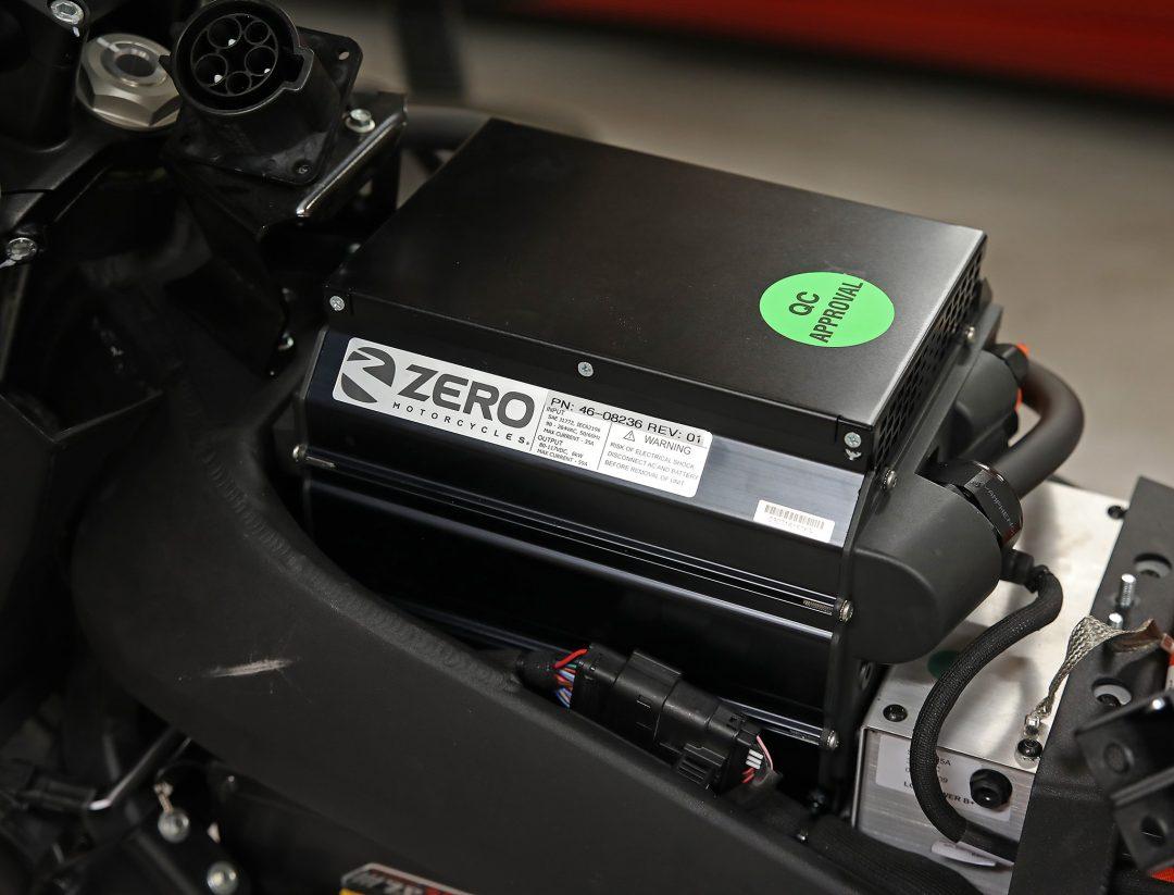 Zeros nya 6 kW snabbladdare på plats i utrymmet under tanken. Foto: Petter Hammarbäck