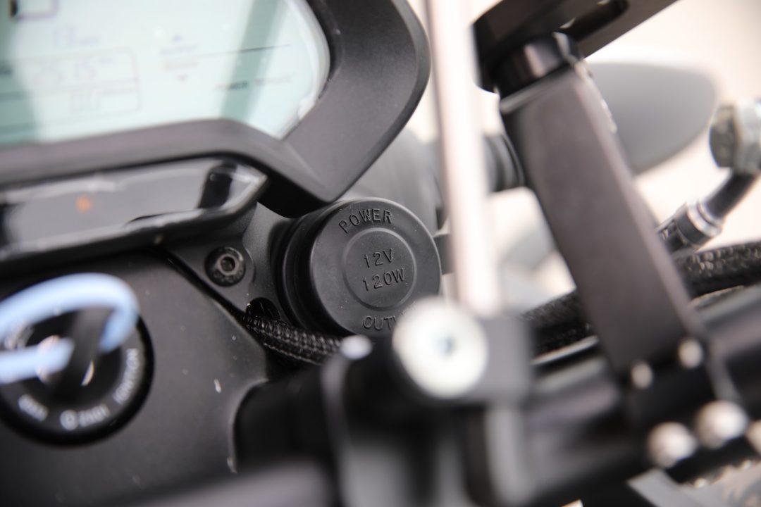12-voltsuttaget är placerat i styrkronan och ger möjlighet att ladda mobilen och driva en GPS.