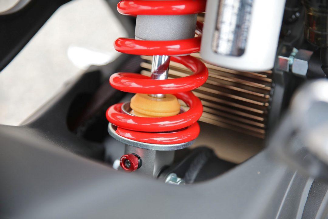 Den luftkylda elmotorn framför stötdämparen är mer högvarvig och får en toppigare karaktär i Zero S.