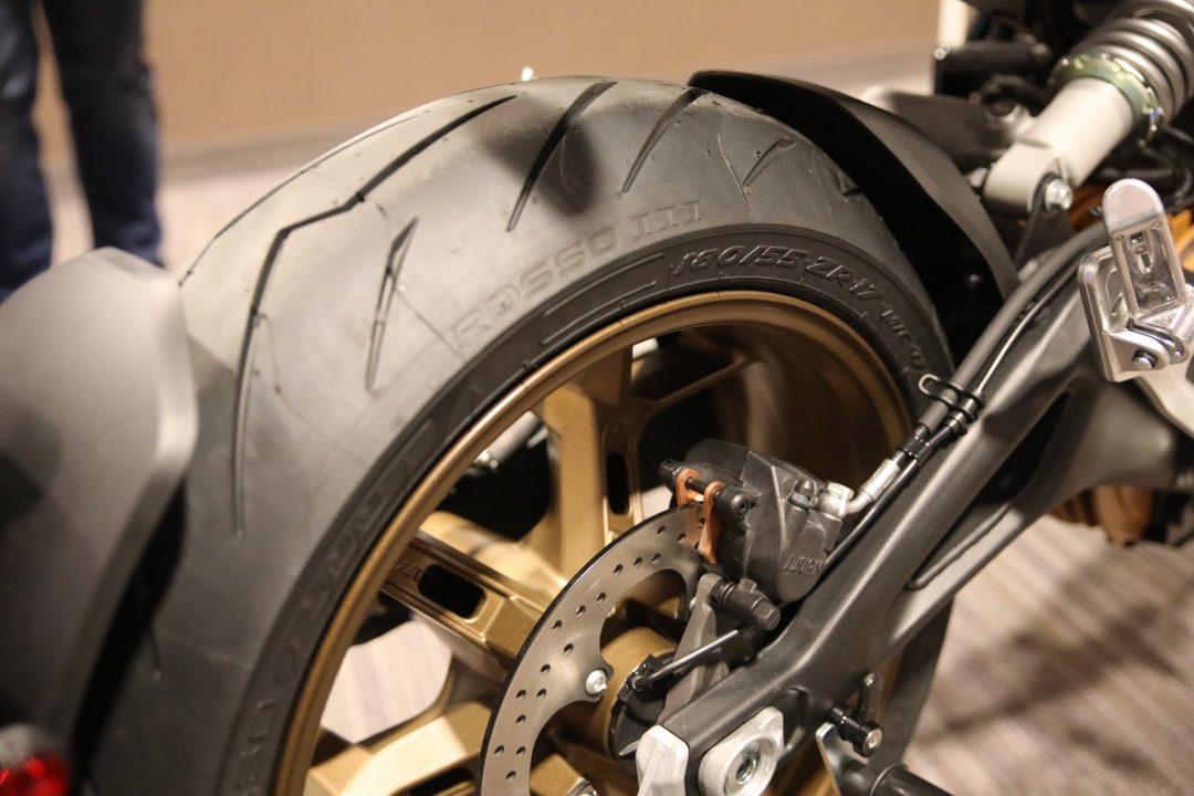Ett fetare bakdäck krävs, men räcker inte på egen hand för att tygla kraften från den nya ZF75-10-motorn på 110 hästar och 190 Nm. Zero SR/F har även antispinn och antisladd.