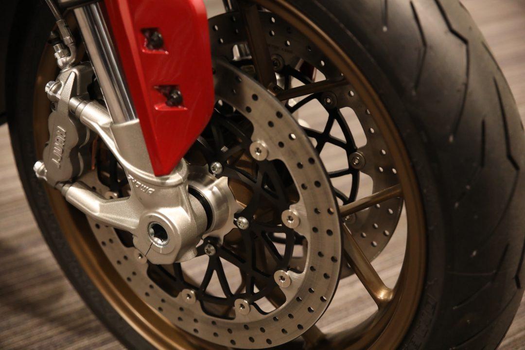 Dubbla skivor fram och fyrkolvsok är standard på nya Zero SR/F.