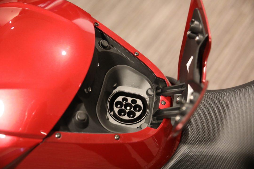 Mendekes Typ 2-anslutning för snabb AC-laddning på upp till 12 kW i nyan Zero SR/F.