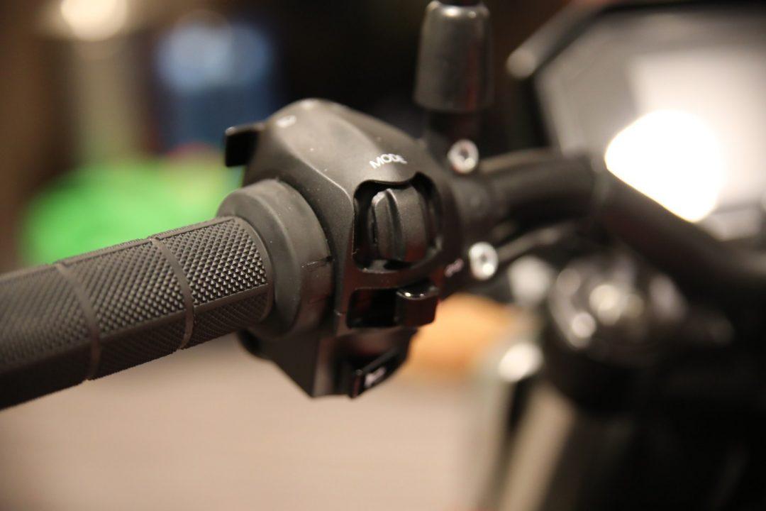 SR/F:s smarta funktioner, körlägen, traction control och handtagsvärme styrs med detta reglage på vänster styrhalva.
