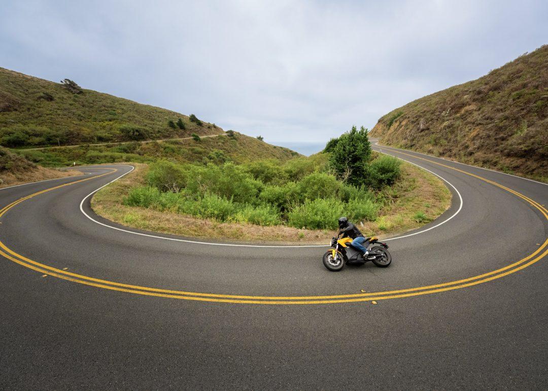 Du ser direkt skillnad mellan Zero S och SR-. S är gul där SR är röd. Annars delar de samma S-portiga karaktär med brant gaffelvinkel, kort hjulbas och asfaltsvänliga och snabbsvängda gatdäck. Foto: Zero Motorcycles
