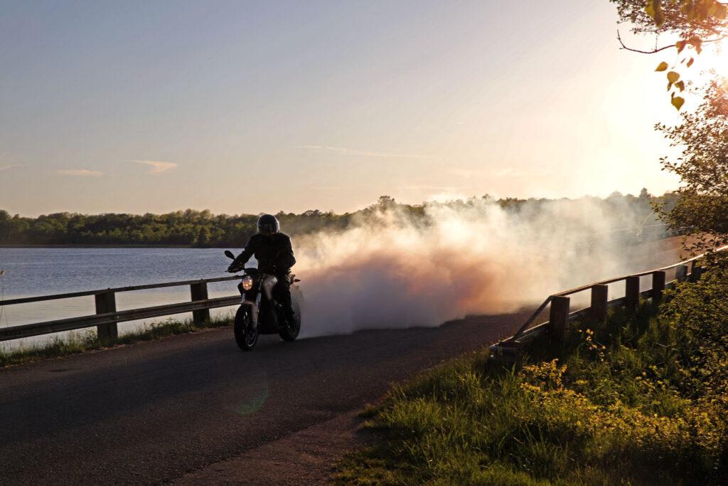 Zero S gör burnout på södra Sirköbron. Foto: Petter Hammarbäck