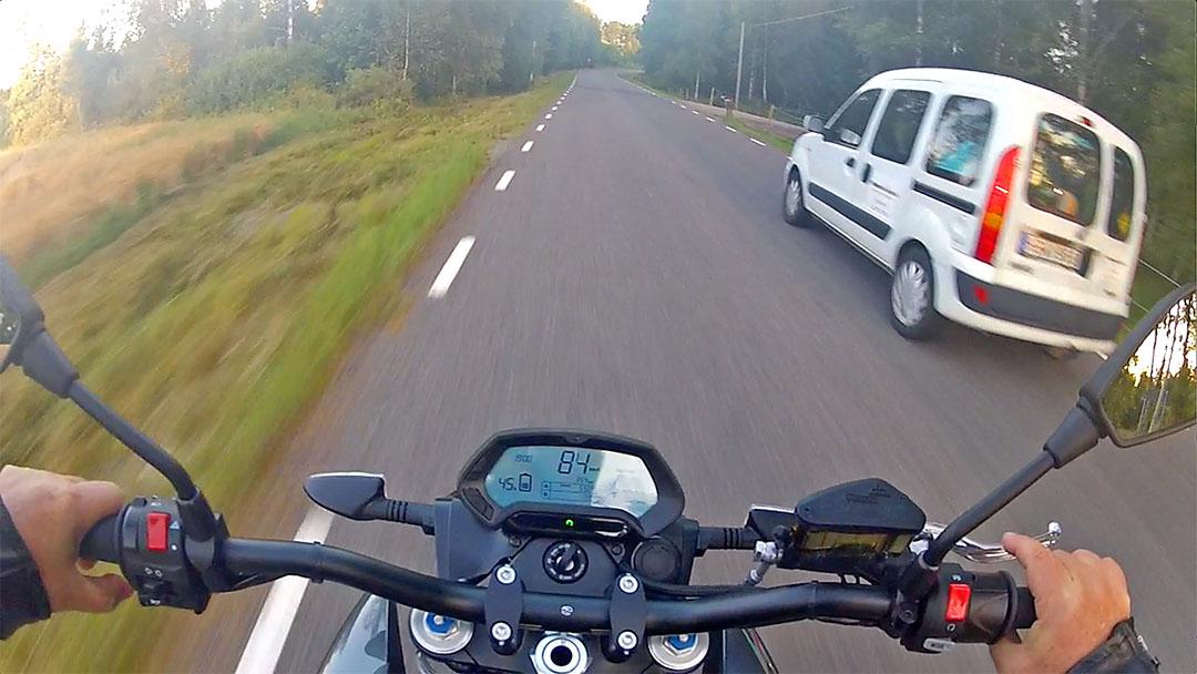 Med maximalt vridmoment oavsett hastighet är det en fröjd att kunna köra om snabbt och effektivt även på korta sträckor genom att vrida lite mer på gashandtaget. Foto: Petter Hammarbäck