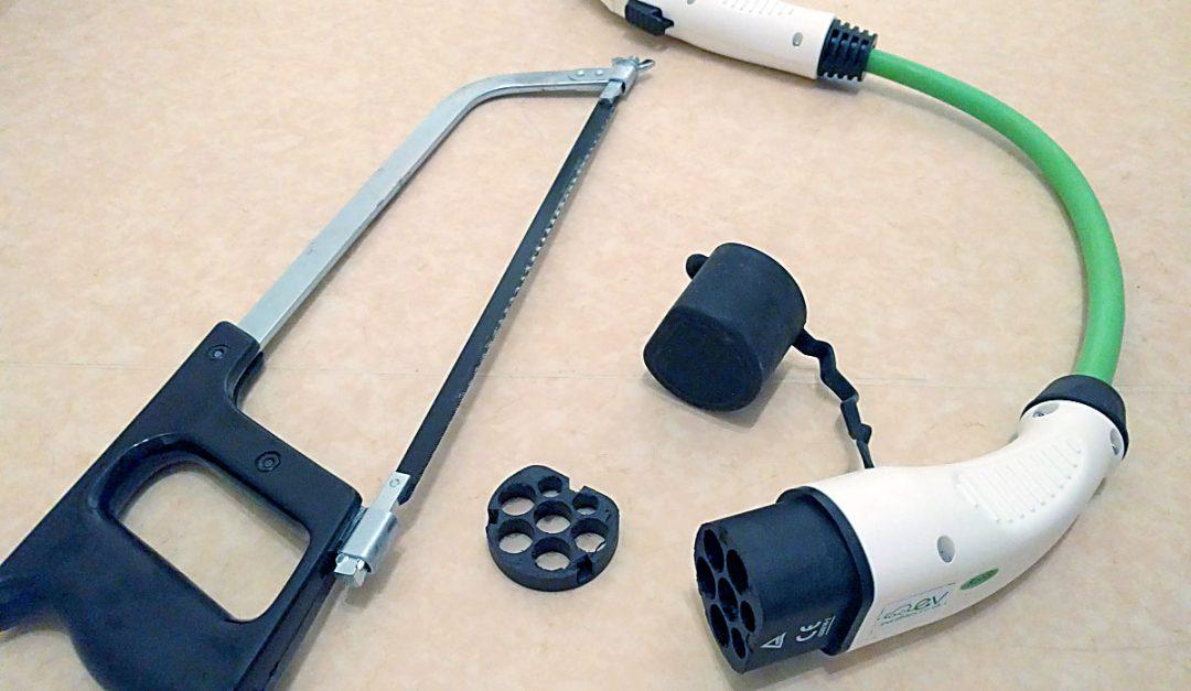 Genom att kapa bort 12 mm av typ2-hankontakten når kontaktstiften varandra, enligt Gordon Strömfelt. Bildkälla: Bloggen Blixtgordon