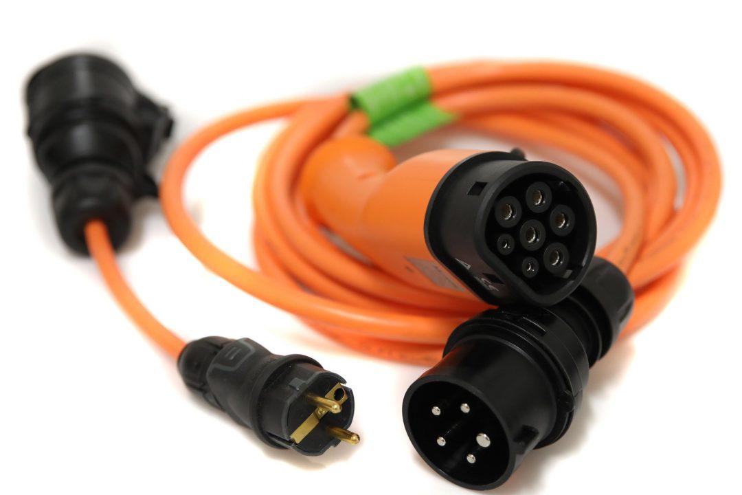 Adapterkabel med reglerbar effekt mellan 1,4 kW och 11 kW för smidig laddning från vanliga eluttag. Typ 2, trefas, 400 V, 6-16 A, 5 m spiralkabel, inklusive 3-fas till 1-fas-adapter.