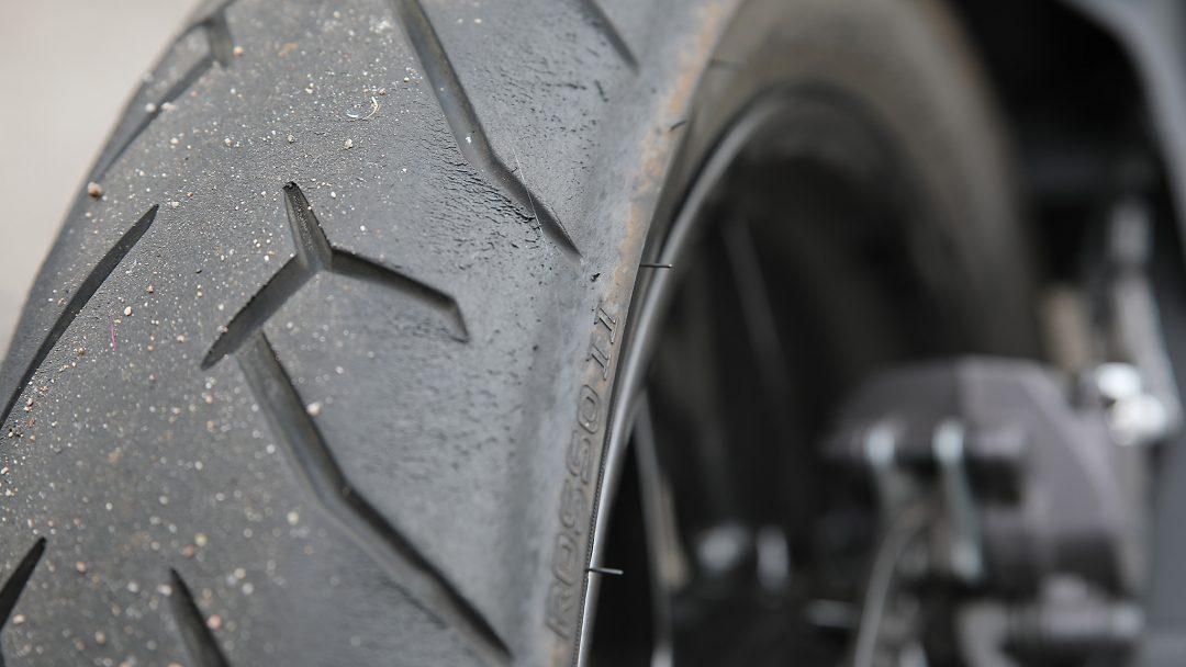 Det sliter även på däckens sidor när man kör på bana, men de originalmonterade Pirelli Diablo Rosso II-däcken ger ett underbart grepp i såväl djupa nedlägg som under acceleration.