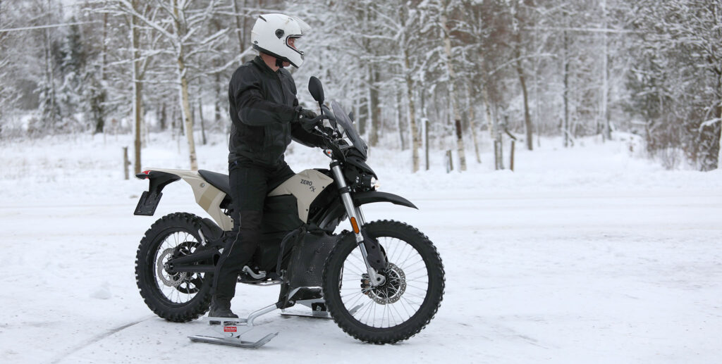 Zero FX ZF7.2 2019 utrustad med dubbdäck, skidor, Dual Sport-ruta och handtagsskydd samt en gummimatta framför motorbågarna som ska ge extra skydd mot salt, snö och isande kall fartvind.