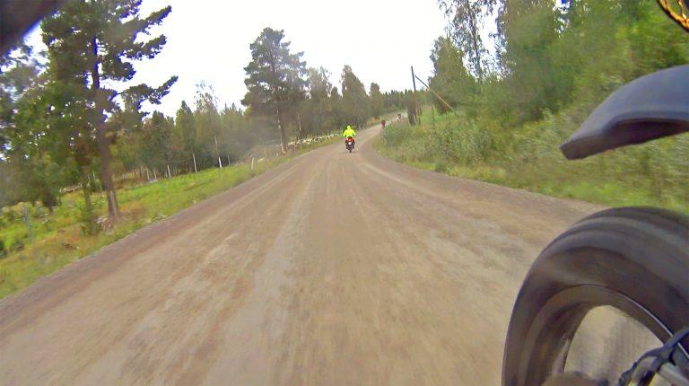 Dalarnas pärlor – 50 mil grusväg på två dagar. Bild: skärmdump från actionkamera på Zero DSR Black Forest Edition.