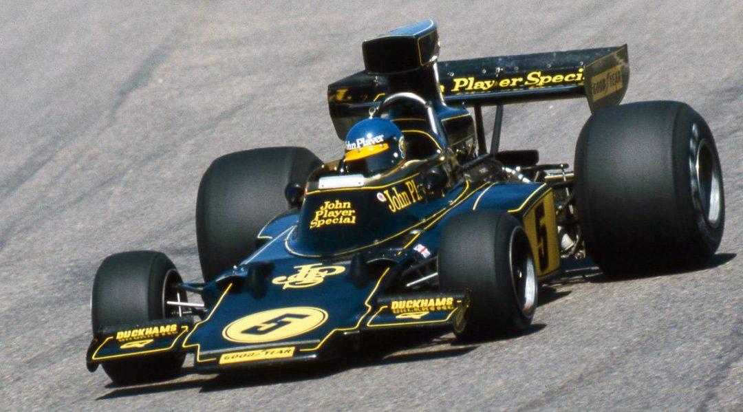 Ronnie Peterson i den Lotus 72E han sedan kraschade i, här på Anderstorp 1975. Foto: PeO Eriksson, bildkälla: Teknikens Värld.