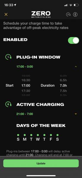 Schemalagd laddning kan skötas i appen och på motorcykelns display.