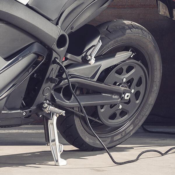 Zeros inbyggda laddare kan även användas parallellt med charge tanken och korta laddtiden ytterligare. Foto: Zero Motorcycles